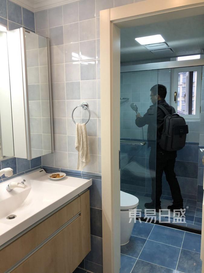 95㎡两居  现代风格装修  卫生间装修实景图