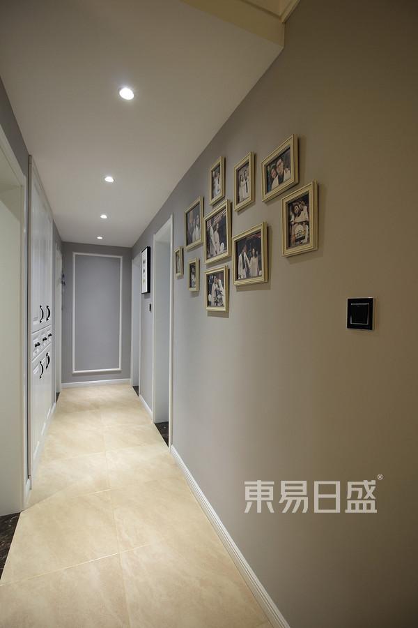 走廊:走廊深处没有过多的装饰,几条简单的PU线,就足以让整个墙面显得不那么单调。