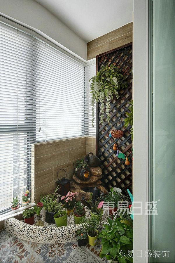 94㎡三居室简约美式风格 阳台装修效果图