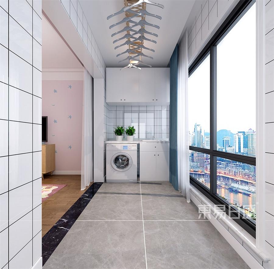 1,要是客厅里面有阳台,就会显得客厅通透明亮,客厅流动的人员多