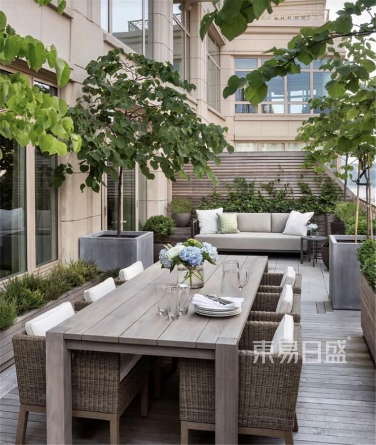 现代轻奢风格别墅阳台装修设计效果图