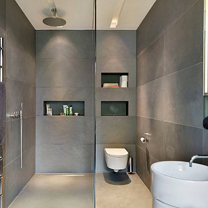 卫生间灰色的墙砖和圆型面盆