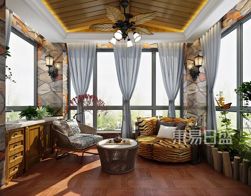 1、如果阳台面积比较大又在低层的话,小易建议可以在阳台上加透明的弧形采光顶,这样阳台是完全可以当一个房间来使用的。在阳台地面铺上青石板,墙壁运用文化石进行装饰,整一个园林景象就出来了。  2、现在大多数的房子都带有两个或者三个阳台,而与客厅相连的这个阳台是主阳台,其功能要以休闲为主。装饰材料应选择与客厅相似的比较好,来形成整体搭配的效果。  3、想让阳台好看,绿色植物是必须的,它能装饰阳台,但是养绿色植物会占用很多地方,为了使绿色植物摆放有序,阳台上可以做一个花架,花架的高度适宜;当然,也可在阳台的墙壁上