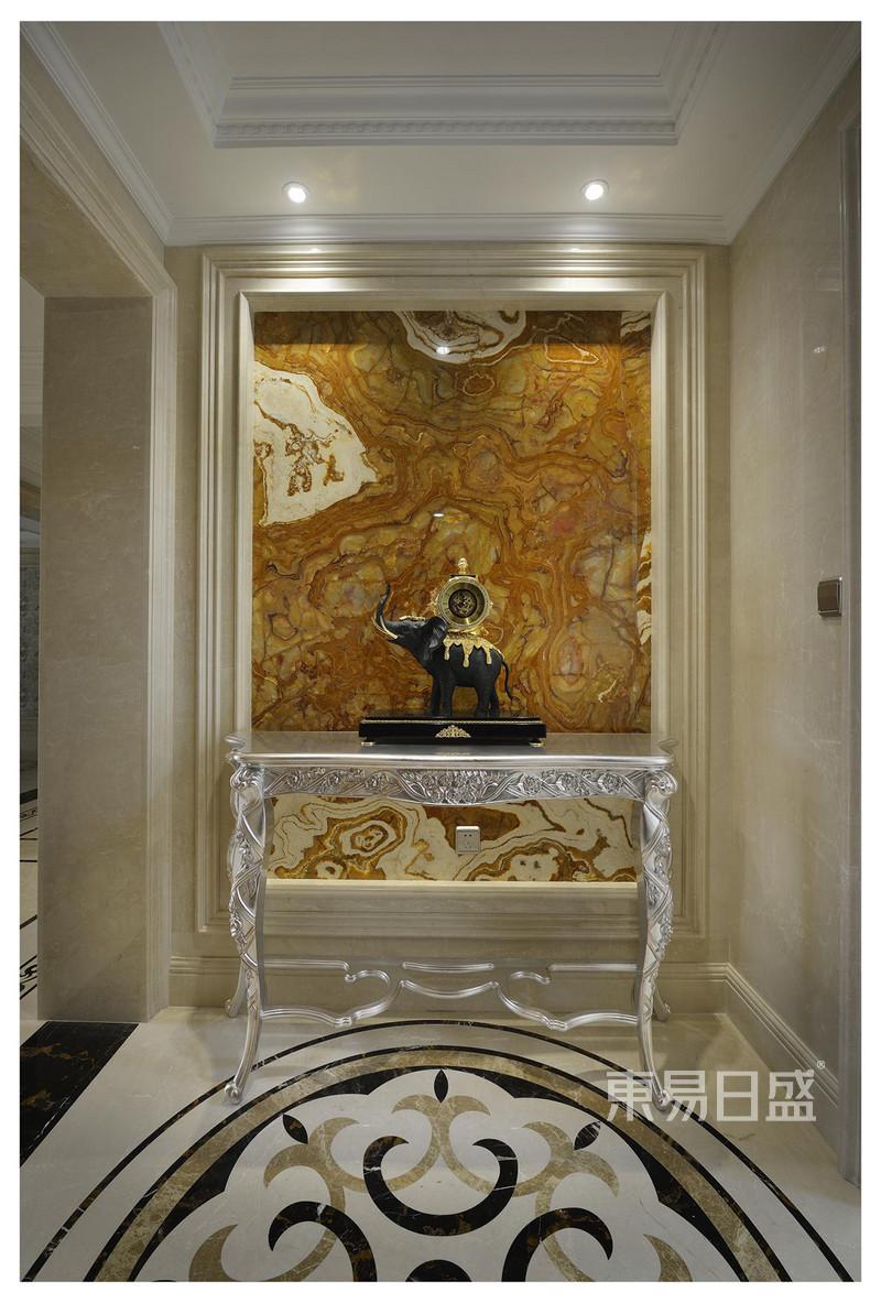 欧式古典 - 玄关处黄色的抽象画背景,极富艺术美感