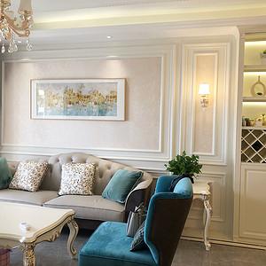 浅灰的布艺沙发搭马毛棕色地毯,奠定了整个空间低调沉稳的气质。