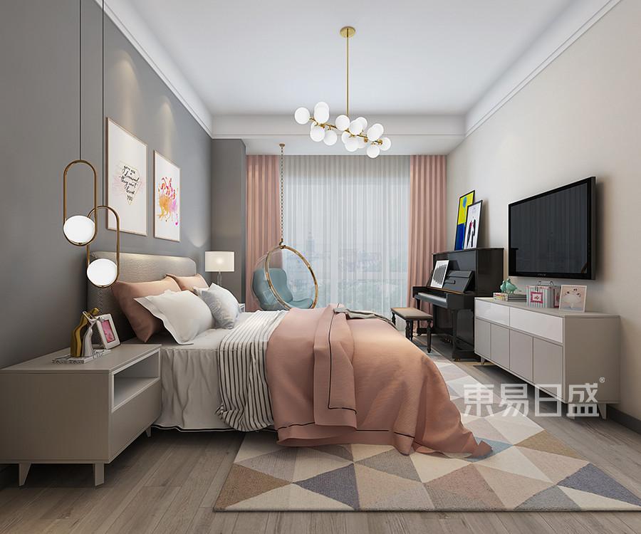 女儿房在北欧风格主打素色的前提下,搭配粉色的窗帘,选用灰色壁纸,色彩亮丽的家具穿插点缀,提升空间的层