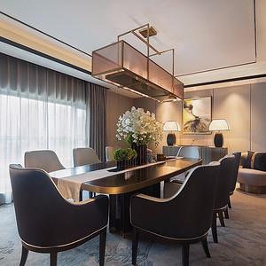 餐厅长条桌,三五成群,畅聊美食与生活
