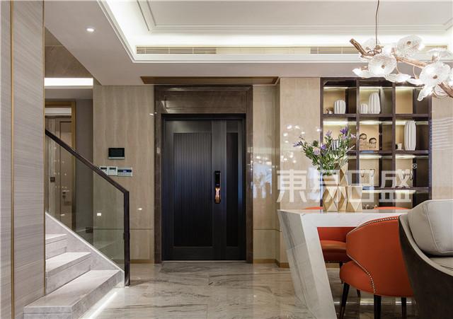 客厅中以造型独特的吊灯,各种金属感的配饰,墨绿色的窗帘,各种花艺做点缀,即与整体的风格色调相呼应,也体现了业主良好的品味。.jpg