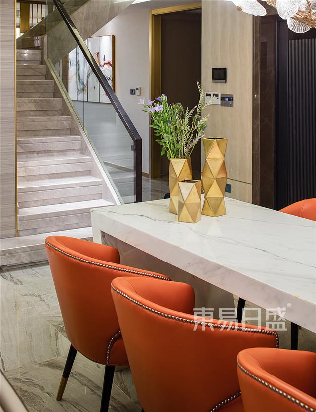 配上爱马仕橙的餐椅,兼具大气与高雅。.jpg
