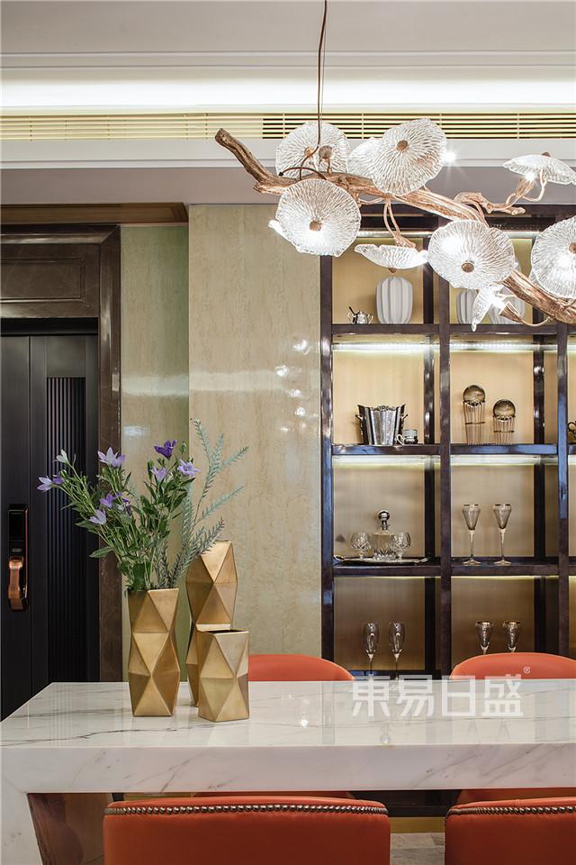 餐桌为白色大理石材质,配上爱马仕橙的餐椅,兼具大气与高雅。.jpg
