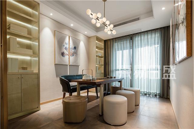 业主家中还有一个结合了书房和茶室的多功能区域,该区域为敞开设计。.jpg