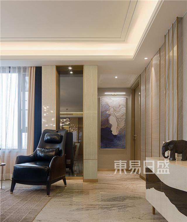 各种金属感的配饰,墨绿色的窗帘,各种花艺做点缀,即与整体的风格色调相呼应,也体现了业主良好的品味。.jpg