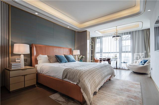 卧室以带绿调的墙布,暖色调的地板和橙色的床具,打造出一个温馨舒适的休息空间。.jpg