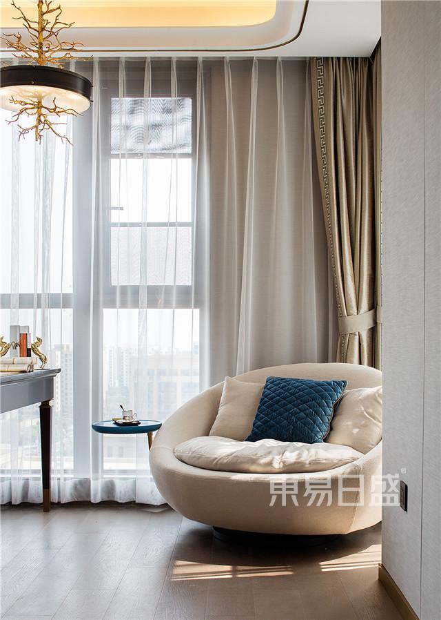 在南边落地窗的位置放置了一张米色单人圆形沙发,业主可以在午后看书,喝茶,享受惬意时光。.jpg