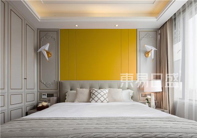 儿子房以白色的吊顶,灰色的柜面和原木地板组成,并以一面黄色床背景将整体空间提亮。.jpg
