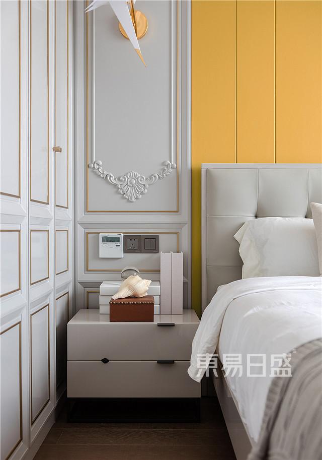 儿子房的风格相对更文气一点,我们使用嵌铜压条的柜面和造型别致的壁灯,镶了花纹的护墙板提高整体空间的精致程度和奢华感。.jpg