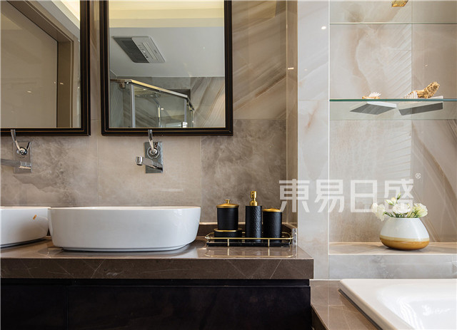 铜边镜面加上黄铜洗漱用品,增加细节。.jpg