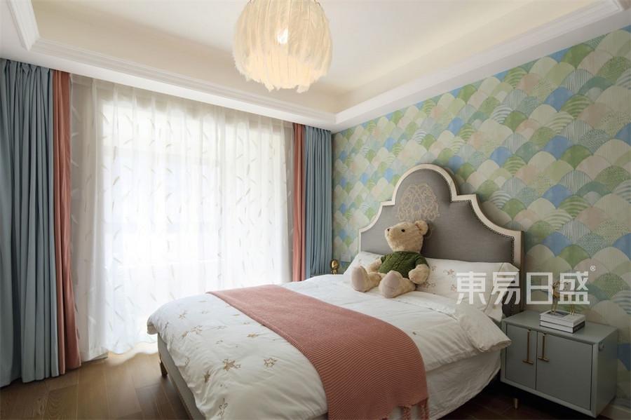 羽毛灯与窗帘、床背景墙纸图案的统一,粉红、粉蓝与粉绿色彩的和谐,营造了公主般的梦幻氛围。愿宝宝健康快
